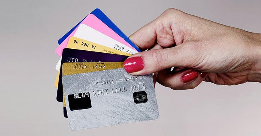 Vale a pena parcelar sem juros no cartão?