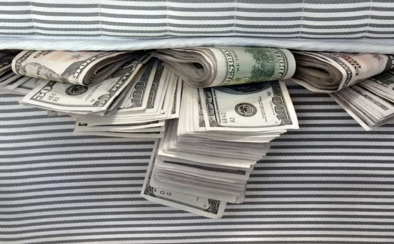 dinheiro embaixo de colchao