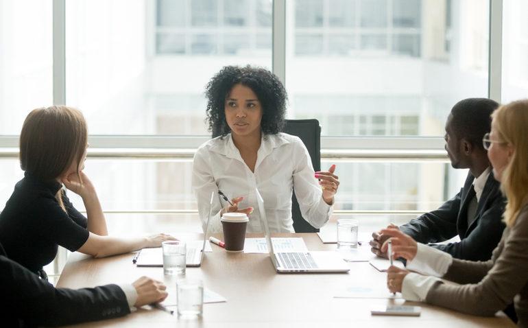 Executiva-reunião-empresa