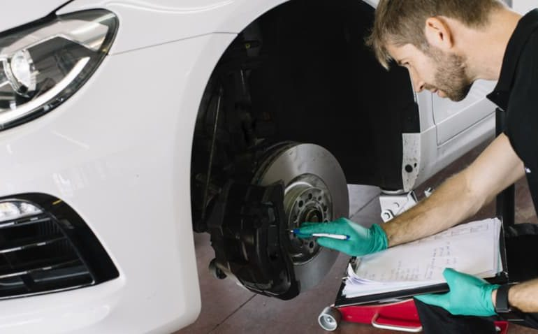 mecânico fazendo revisão do carro