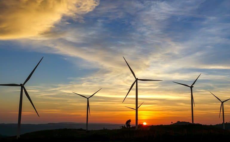 Usina de energia eólica. Pás de vento com pôr do sol atrás