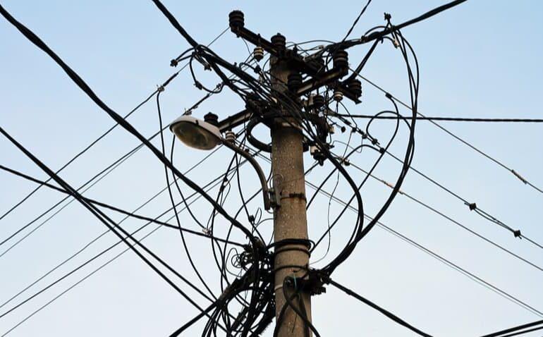 Poste de energia com fios, fundo céu azul