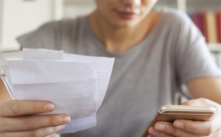 mulher-pagando-conta-no-celular